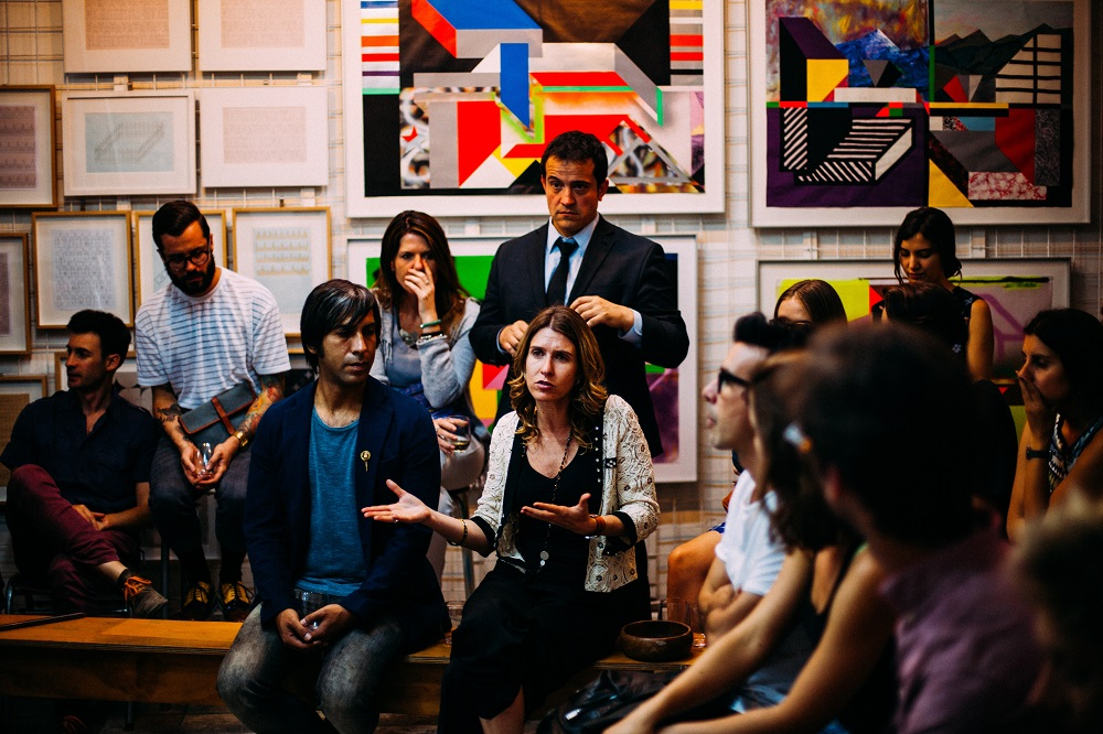 picture of people talking example of an Italian class